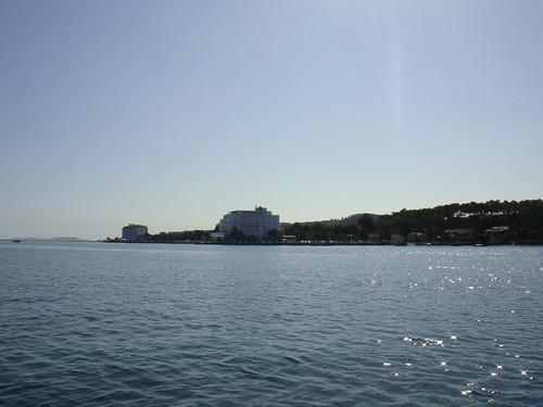 Vista la Isla de La Toja con la Marina y los hoteles al fondo