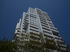 Wei auf Blau (Raiinbow x3) Tags: skyscraper bluesky blauerhimmel hochhaus frombottom