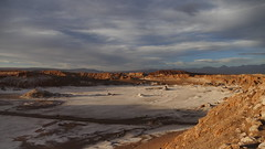 warten auf den Sonnenuntergang (marionkaminski) Tags: chile südamerika southamerica atacamawüste desert wüste valledelaluna panasonic lumix fz1000 sonnenuntergang sunset sonnenlicht sunlight felsen berg mountain