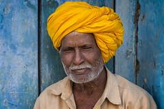 BADAMI : PORTRAIT AU TURBAN JAUNE (pierre.arnoldi) Tags: inde india badami karnataka portraitdhomme turbanjaune photoderue photooriginale photocouleur photodevoyage