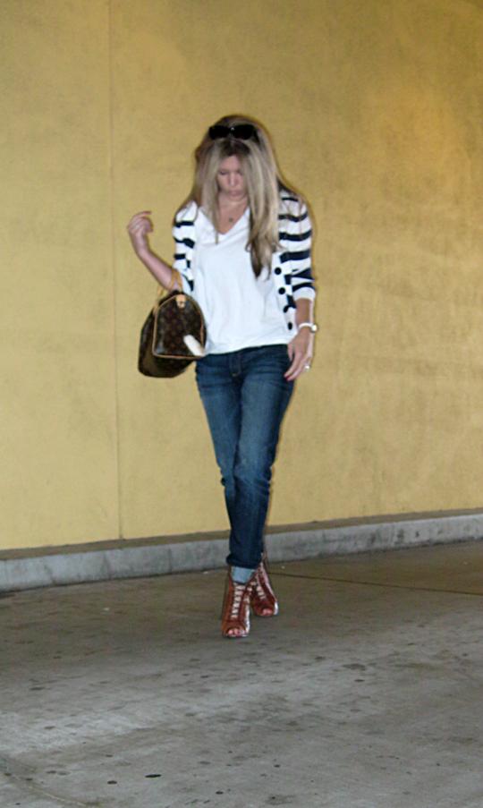 jeans+lace up boots+t shirt+striped cardigan+louis vuitton bag-8