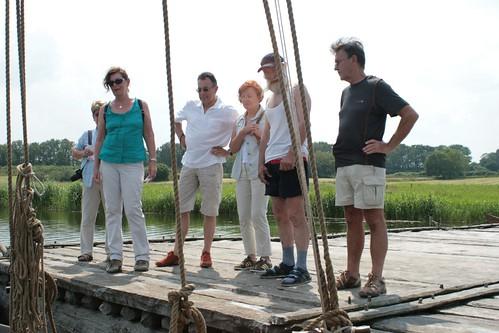 Skipper Max Wölk von der Sigyn mit Museumsbesucher auf der Landebrücke Haithabu WHH 02-07-2010