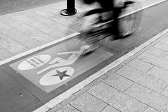 Cycle Lane (Daniele Sartori) Tags: voyage trip travel bw white black paris france movement nikon europa europe noir cycle lane bici movimento francia bianco blanc nero viaggio pistaciclabile vélo mouvement parigi bicicletta mosso d80 lpbikes