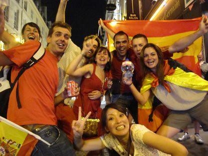 10g11 Españoles en St Germain des Pres celebra victoria España mundial