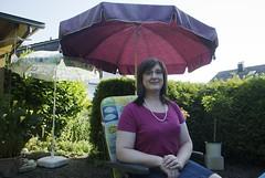 Vor dem Grillfest unter Sonnenschirmen im Garten und im Sommer