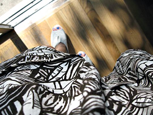 leaf print skirt+oxford wedges