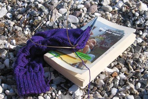 Sommer - lesing og strikking på stranda