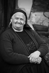 Vieille dame, Roumanie (pas le matin) Tags: portrait blackandwhite bw woman smile lady hands noiretblanc femme nb romania oldlady dame mains sourire roumanie maramures vieilledame beautifuloldlady maramureș jolievieillefemme jolievieilledame beatifuloldwoman