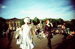 Paris, parisiennes sur le Pont des Arts (Calinore) Tags: street city bridge woman paris france girl museum lomo lomography louvre femme musee crossprocessing rue provia vivitar fille everydaylife ville pontdesarts parisienne parisiennes lomographie historiccitycenter traitementcroise hccity centrevillehistorique slimangel