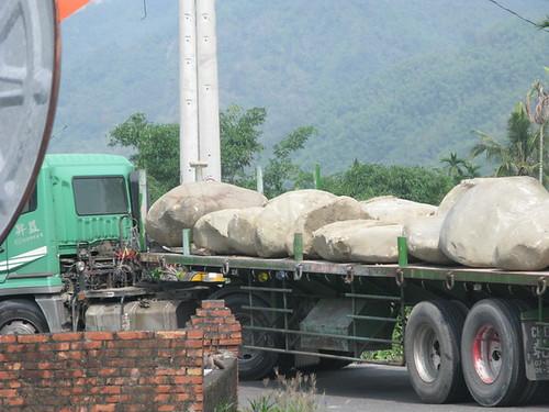 美濃黃蝶翠谷東勢溪整治大石頭被拖板車運出 (攝於99年6月7日)