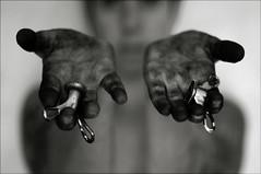 Selfish Portrait with Dirty Hands (Mayastar) Tags: selfishportrait hands mayastar loverocketslosbroshernandezcit myowntwohands mani grasso sistemandolabicicletta chebelloimpiastricciarsilemanidigrasso poihoscopertochelesalviettinestruccantisonoottimeperripristinarelecondizionioriginariedellemani elemacchiesuivestitivengonoviaconlosgrassatoreuniversale