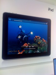 Apple using Earth-touch diving in iPad marketing (Arne Kuilman) Tags: apple amsterdam promotion movie marketing diving screen applestore material tablet ipad duiken marcom icentre