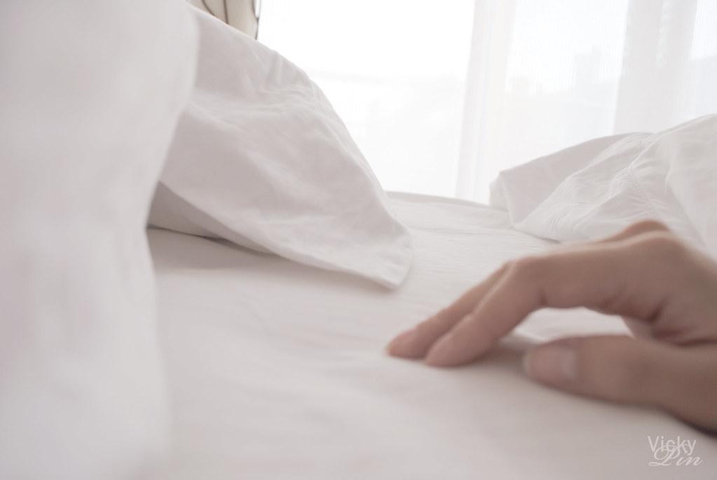 Me gusta dormir solo, a tu lado de la cama