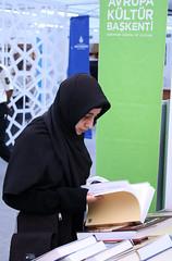Fiera del libro nei pressi di Beyazt Camii (ojosdesign) Tags: people face veil gente smiles istanbul friendly niqab voile velo turkish peuple trk volti amiche turchia sourires sorrisi turc yz dostu glyor halk amicaux pee