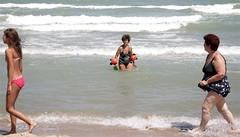 268#365 (giacomo-b | + l i g h t) Tags: sexy female donna mare mickeymouse paparazzi bagno spiaggia nonna nudo topolino nipote braccioli