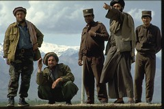 0000347005-029 (Memories of Massoud) Tags: people afghanistan men soldier army clothing asia asians looking military group binoculars conflict males prominentpersons turban militia adults armedforces headgear afghans politicalandsocialissues traditionalclothing militarypersonnel headcloth centralasians ahmedshahmassoud afghanistancivilwar19892001