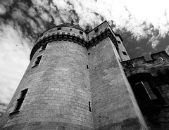 Tumulte dans le ciel (François Tomasi) Tags: château castel monochrome blackandwhite noiretblanc françoistomasi touraine indreetloire france europe yahoo flickr google pointdevue pointofview pov lights light lumière nuages nuage clouds cloud reflex nikon architecture photo photoshop photography photographie filtre angle composition travel voyage ciel tour tower pierre old ancien juin 2017 patrimoine window windows