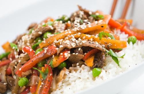 בקר עם ירקות על מצע אורז ובתוספת שומשום