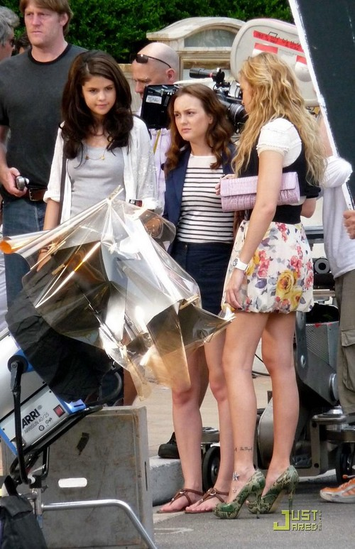 selena-gomez-leighton-meester-high-five-11