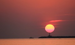 Sunrise over the lighthouse - Sole nascente sul faro (Robyn Hooz) Tags: canon 550d efs 55250 is alba sunrise sorgere sole faro nave boat beacon sea spiaggia clouds nuvole night darkness luce tenebra mywinners sottomarina