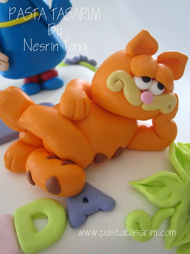 CALLIOU AND GARFIELD - NIL BIRTHDAY CAKE