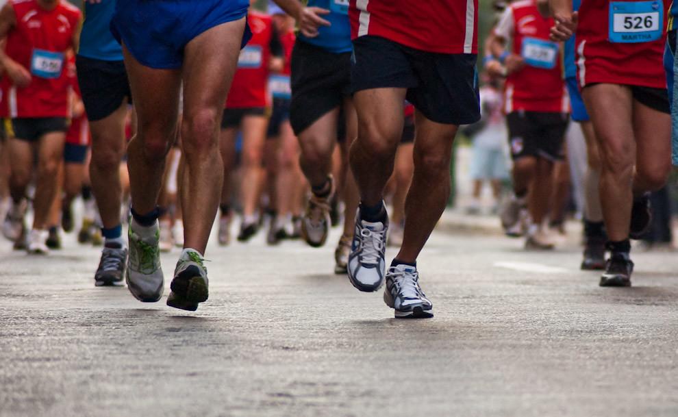 Pies en marcha tras comienzo de la carrera, corresponde a la primera vuelta por el microcentro sobre la Avda Palma. (Elton Núñez - Asunción Paraguay)
