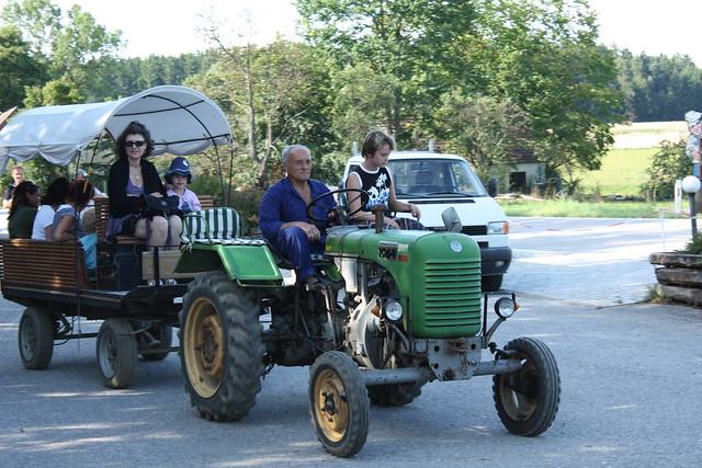 Herr Mundl, 83 Jahre, Traktorfahrer und Zugführer ...