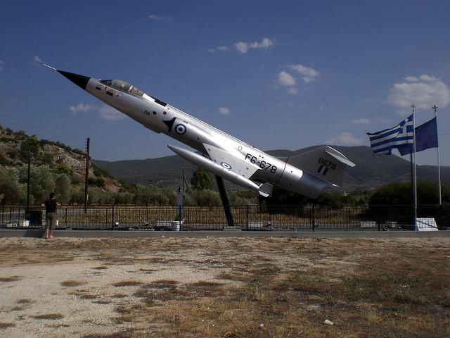Μνημείο για τους πεσόντες αεροπόρους των Αθικίων και του Νομού Κορινθίας