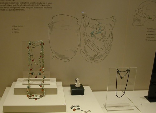 DSCN0832 Musée de Çorum, vitrine avec bijoux et idole