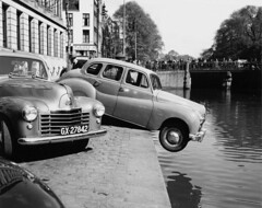 04-25-1952_10518 Singel (IISG) Tags: auto car amsterdam canal traffic accident parking ongeluk gracht parkeren verkeer vervoer benvanmeerendonk gx27842