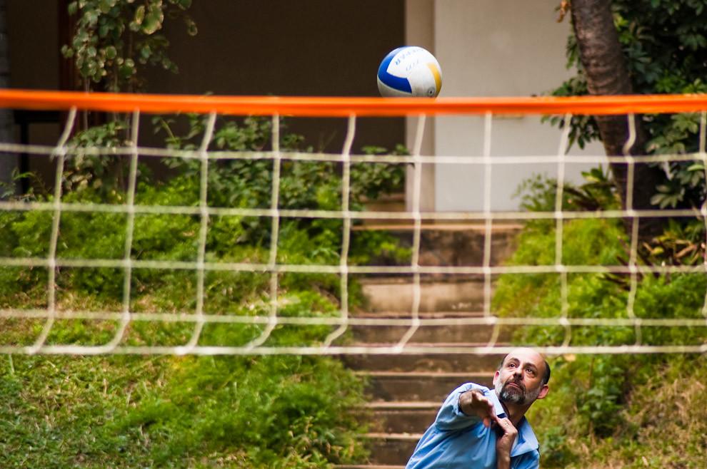 Actividades al aire libre son llevadas a cabo en el patio de una empresa de tecnología de comunicación por parte de sus empleados al final de la jornada laboral del sábado 4 de Setiembre. (Elton Núñez - Asunción, Paraguay)