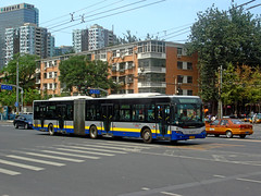 [Buses in Beijing] Youngman Neoplan JNP6180G (BRT-2 version)  BPT #B0254 Front-right at Xiaozhuang Crossing (tonyluan1990) Tags: china bus beijing   publictransport autobus brt bendybus citybus neoplan busrapidtransit   lowfloor articulatedbus transitbus  alternativefuelvehicle  centroliner cngbus beijingpublictransportholdingsltd accessiblebus  bisectionbus n4521   youngmanneoplan  beijingpublictransport
