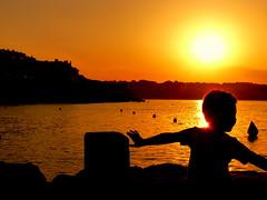 Jvenes siluetas (Fotos de vida.) Tags: sunset contraluz atardecer zonsondergang tramonto sonnenuntergang coucher playa prdosol ocaso siluetas lescala solnedgang vespre apus zalazaksunca solnedgng gnbatm  coucherdusoleil  auringonlasku  zachdsoca apusdesoare matahariterbenam