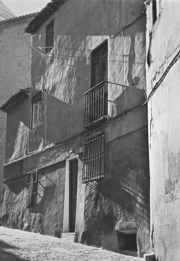 Una calle de Toledo en 1967. Fotografía de John Fyfe