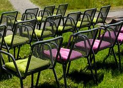 Stühle (Matthias Wicke) Tags: badherrenalb gartenschau gartenschaubadherrenalb2017 kissen kurpark landesgartenschau stuhl stühle wiese grün rosa