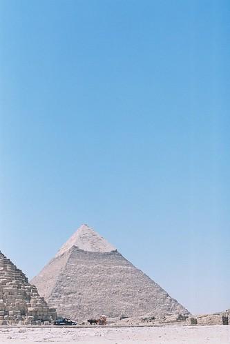 前者是胡夫金字塔,後面頂部光滑的是哈夫拉金字塔, on Flickr