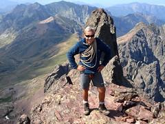 """Sommet N du Tafonatu : au sommet où je fais très alpiniste avec la """"corde"""" de Dumé (photo Sylvain Guillaumon)"""