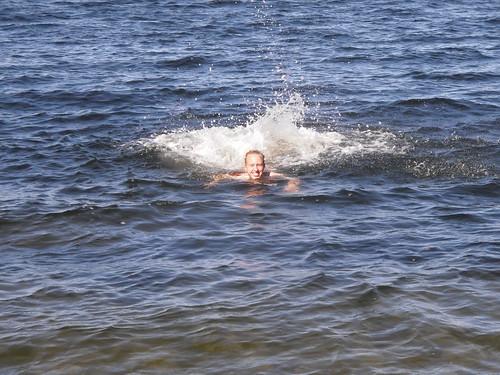 Anna njöt av ett dopp i havet.