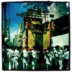 (Masahiro Makino) Tags: apple festival japan kyoto grand parade   gion float matsuri 3gs iphone   hachimanyama  photoshopcommobile hipstamatic