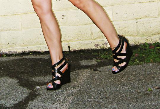 pour la victoire tarissa wedge shoes