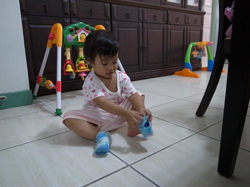 [1Y9M23D] 第一次自己穿襪子成功耶