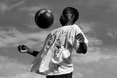 balle au centre (lachaisetriste) Tags: portrait blackandwhite bw paris sport foot nikon noiretblanc ballon montmartre nb ciel homme spectacle d700 expressyourselfaward 4tografie