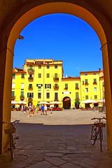 piazza anfiteatro 2 (mat56.) Tags: landscapes colore place lucca porta piazza toscana paesaggi ingresso bice anfiteatro palazzi biciclette mat56