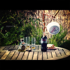 Freedom (Dr Cullen) Tags: summer garden table nikon bokeh cocacola splash cocacolalight knaan cardhu 18200vr davidbisbal drcullen sb900 d300s clanflickr nikond300s wavinflag