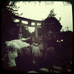 (Masahiro Makino) Tags: people apple japan umbrella back kyoto gate snap   fleamarket torii  3gs  iphone  kitanotenmangushrine  photoshopcommobile hipstamatic