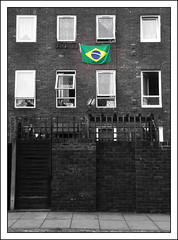 Brasil (jordi.martorell) Tags: cameraphone windows brazil urban london mobile brasil cutout geotagged cellphone movil samsung mobil guessed worldcup guesswherelondon 2010 westferry towerhamlets gwl cruzadas guessedbyloopzilla desaturadoselectivo sghg600 mingstreet cruzadasii