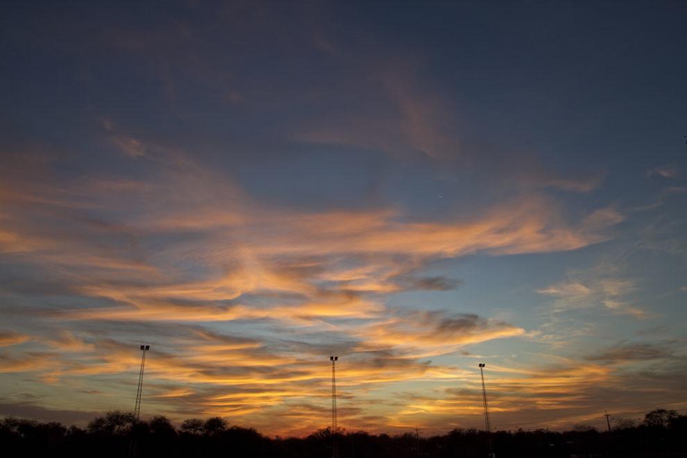 El cielo se tiñe de colores naranjas mientras atardece en la Ciudad de Filadelfia. (Tetsu Espósito - Filadelfia, Chaco, Paraguay)