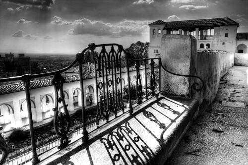 Bench shadow and Generalife. Sombra de banco y Generalife.