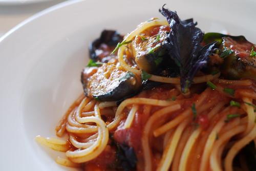 なすとオリーブのトマトソーススパゲッティ