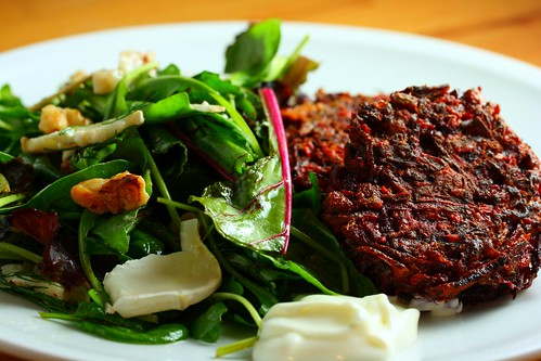 Beetroot burgers with salad